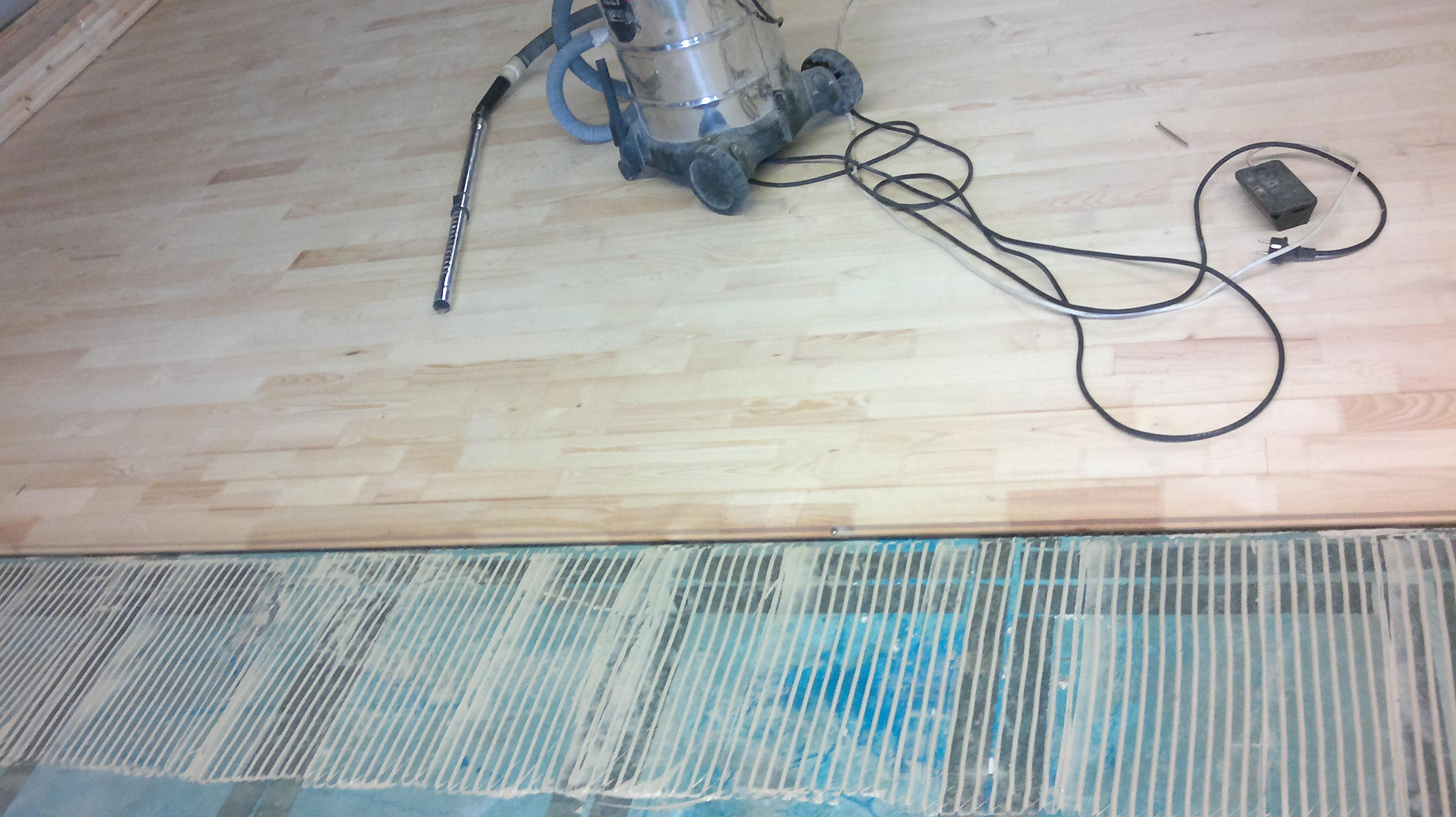 Монтаж на чамово дюшеме с лепене към пода