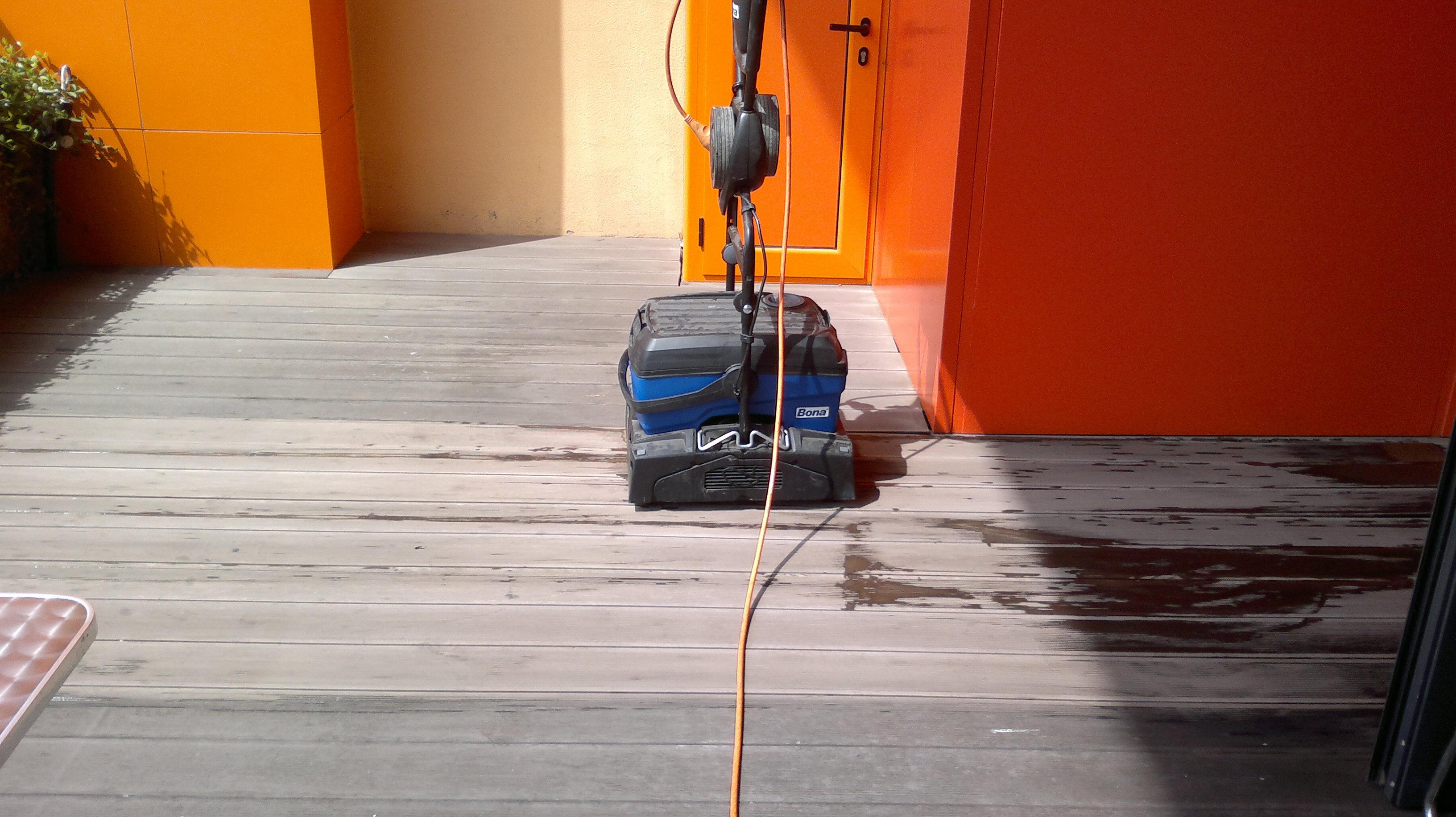 Машинно почистване на декинг с препарат Bona Deep Cleaner